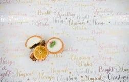 Bâtons de cannelle de minces pies de photographie de nourriture de Noël et tranche orange sur le fond de papier d'emballage de No Image libre de droits