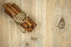 Bâtons de cannelle sur la table en bois noire Cannelle fraîche Photo libre de droits