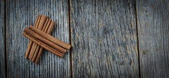 Bâtons de cannelle sur le bois rustique Images libres de droits