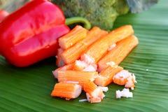 Bâtons de crabe avec des fruits et légumes Image stock
