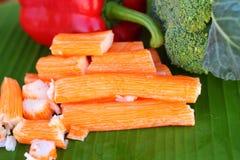 Bâtons de crabe avec des fruits et légumes Images libres de droits
