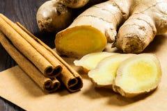 Bâtons de gingembre et de cannelle sur le fond en bois foncé Additifs utiles au thé et aux boissons saines photo libre de droits