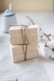 Bâtons de guimauve sur un fond clair Photo stock