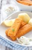 Bâtons de poisson avec de la sauce à remoulade Photographie stock libre de droits