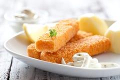 Bâtons de poisson avec des pommes de terre Photo libre de droits