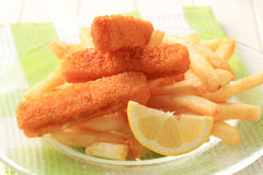 Bâtons de poisson et pommes frites frits Images libres de droits