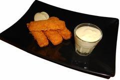 Bâtons de poissons avec de la sauce à moutarde, d'isolement sur le blanc Image stock