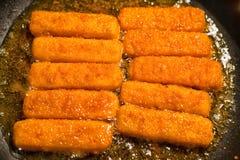 Bâtons de poissons dans la casserole photo libre de droits