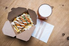 Bâtons de poissons de bâtons de poisson sur Chips French Fries avec de la bière Photo libre de droits