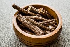Bâtons de réglisse secs dans la cuvette en bois/Meyan Koku images stock