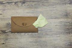 Bâtons de serviette hors de l'enveloppe Tir vertical de photo Image libre de droits