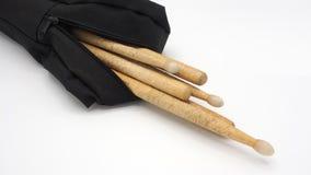 Bâtons de tambour et sacs noirs Image stock