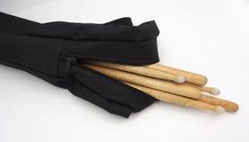 Bâtons de tambour et sacs noirs Photo stock