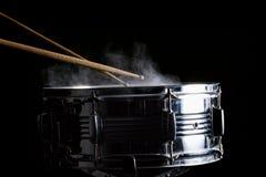 Bâtons de tambour frappés sur le tambour de piège Image stock