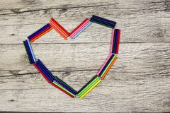 Bâtons en bois colorés en forme de coeur sur le fond Photos libres de droits