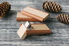 Bâtons en bois créatifs d'usb sur le fond foncé Image stock