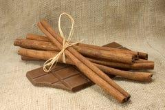 Bâtons et chocolat de cannelle Photographie stock libre de droits