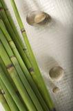 Bâtons et pierres en bambou de zen Image libre de droits