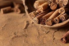 Bâtons et poudre de cannelle dans une poche en bois Photo stock