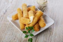 Bâtons frits de fromage de mozzarella photographie stock libre de droits