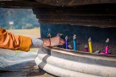 Bâtons japonais d'encens dans l'encensoir photographie stock libre de droits