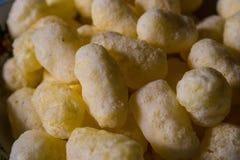 Bâtons jaunes de maïs derrière le plat un groupe de photos libres de droits