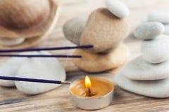 Bâtons pourpres d'arome avec des piles de cailloux Images stock
