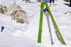 Bâtons verts de ski dans la neige Photographie stock