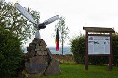 Bérisménil - 9月20 :在美国B17飞行在WW2期间,说笑话者`射击下来的堡垒`乘员组的荣誉的纪念碑  免版税库存图片
