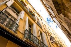 Bürgerliches Gebäude in einer Stadtstraße im Süden von Frankreich stockbilder