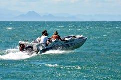 Búzios, Brasil - 24 de fevereiro de 2013: Os turistas na água taxi no recurso de Buzios Fotos de Stock Royalty Free