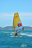 Búzios, Brasil - 24 de fevereiro de 2013: Windsurfe na claro e águas calmas de Buzios Foto de Stock Royalty Free