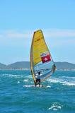 Búzios, el Brasil - 24 de febrero de 2013: Windsurf en las aguas claras y tranquilas de Buzios Foto de archivo libre de regalías