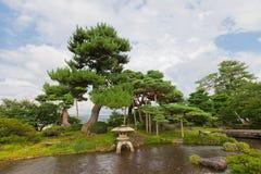 Bäck och lykta i den Kenrokuen trädgården av Kanazawa, Japan Arkivfoto