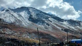 Bäcken och snöberget Royaltyfria Foton