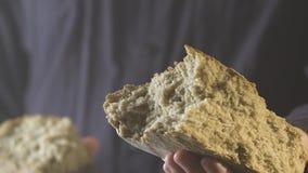 Bäcker übergibt das Brechen des selbst gemachten Brotes und gibt Sie Weicher Fokus stock video