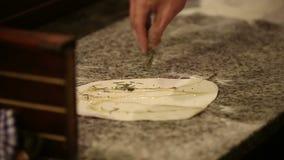 Bäcker übergibt knetenden Teig im Mehl auf Tabelle stock video footage