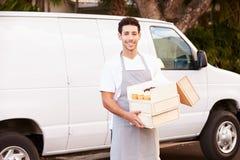 Bäcker Delivering Cakes Standing in Front Of Van Stockfotos