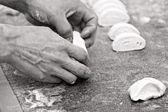 Bäcker, der Brot bildet lizenzfreies stockbild