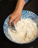 Bäcker, der Brotteig zubereitet Lizenzfreies Stockfoto