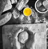 Bäcker, der frisches organisches Brot knetet stockbild