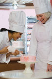 Bäcker, der Kuchen verziert Lizenzfreie Stockfotos