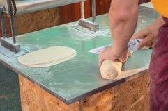 Bäcker ist, rollend schneiden und einen Teig Stockfotografie