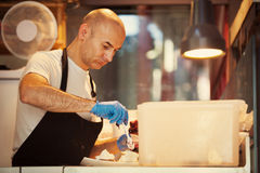 Bäcker Making Traditional Ice sahnt Lizenzfreie Stockfotos