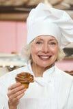 Bäcker mit kleinem Kuchen Stockfotografie