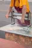 Bäcker rollt einen Teig Stockfoto
