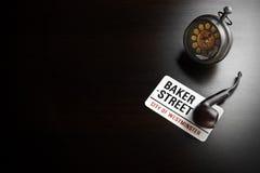 Bäcker Street Sign And Sherlock Holmes Symbol On Black Table Stockfoto