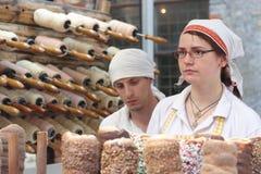 Bäcker und eine Vielzahl von Broten Lizenzfreie Stockbilder