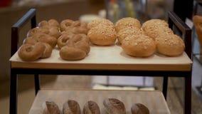 Bäckerei-Brötchen auf einem Stand stock footage