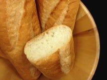 Bäckerei-Brot des Stangenbrots auf schwarzem Hintergrund Stockbild